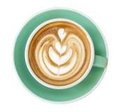 Τοπ άποψη της καυτής τέχνης cappuccino καφέ latte στο φλυτζάνι χρώματος νεφριτών που απομονώνεται στο άσπρο υπόβαθρο, πορεία Στοκ φωτογραφία με δικαίωμα ελεύθερης χρήσης