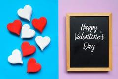 Τοπ άποψη της κόκκινης ξύλινης καρδιάς handcraft και του πίνακα που γράφεται με ευτυχές Valentine& x27 ημέρα του s Στοκ Εικόνες