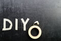 Τοπ άποψη της λέξης DIY που γίνεται με την κολλητική ταινία δίπλα στον κολλώδη Στοκ Εικόνες
