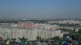 Τοπ άποψη της μεγάλης πόλης με το φραγμό των επιπέδων υπαίθρια στη καλημέρα απόθεμα βίντεο