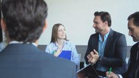 Τοπ άποψη της ομάδας επιχειρηματιών που μοιράζονται τις ιδέες που λειτουργούν μαζί τη συνεδρίαση του 'brainstorming' ομάδας Busin απόθεμα βίντεο