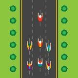 Τοπ άποψη της ομάδας ποδηλατών στην επαγγελματική φυλή Οδήγηση μέσω της πόλης ελεύθερη απεικόνιση δικαιώματος