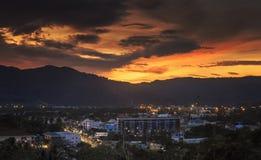 Τοπ άποψη της παράκτιας πόλης στο χρόνο λυκόφατος στο phuket, Ταϊλάνδη στοκ εικόνες με δικαίωμα ελεύθερης χρήσης