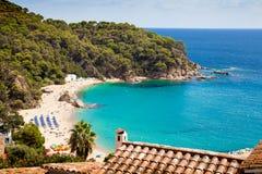 Τοπ άποψη της παραλίας platja de canyelles Η όμορφα παραλία και το λιμάνι μεταξύ των πόλεων Lloret de χαλούν Στοκ Φωτογραφίες