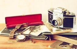 Τοπ άποψη της παλαιάς κάμερας, των παλαιών φωτογραφιών και του παλαιού ρολογιού τσεπών Στοκ Φωτογραφία