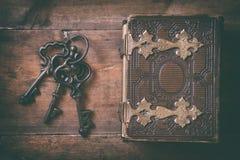 Τοπ άποψη της παλαιάς κάλυψης βιβλίων και των παλαιών κλειδιών Στοκ Φωτογραφία