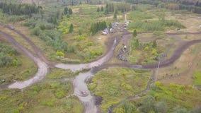 Τοπ άποψη της πλαϊνής διαδρομής φυλών συνδετήρας Πλαϊνή φυλή στον αγροτικό δρόμο λάσπης στη δασώδη περιοχή απόθεμα βίντεο
