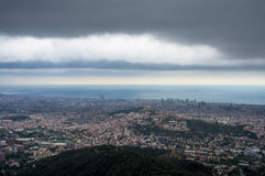 Τοπ άποψη της πόλης της Βαρκελώνης και της θάλασσας από το ναό της ιερής καρδιάς του Ιησού Στοκ εικόνες με δικαίωμα ελεύθερης χρήσης