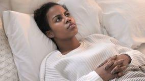 Τοπ άποψη της σκεπτικής τοποθέτησης γυναικών σκέψης νέας αφρικανικής στο κρεβάτι απόθεμα βίντεο