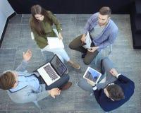 Τοπ άποψη της συνεδρίασης επιχειρηματικών μονάδων εργασίας κατά τη διάρκεια της εταιρικής συνεδρίασης Στοκ εικόνες με δικαίωμα ελεύθερης χρήσης