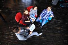 Τοπ άποψη της συνεδρίασης επιχειρηματικών μονάδων εργασίας στον πίνακα κατά τη διάρκεια της εταιρικής συνεδρίασης Στοκ φωτογραφίες με δικαίωμα ελεύθερης χρήσης