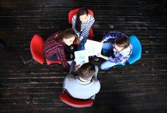 Τοπ άποψη της συνεδρίασης επιχειρηματικών μονάδων εργασίας στον πίνακα κατά τη διάρκεια της εταιρικής συνεδρίασης Στοκ Φωτογραφίες