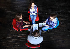 Τοπ άποψη της συνεδρίασης επιχειρηματικών μονάδων εργασίας στον πίνακα κατά τη διάρκεια της εταιρικής συνεδρίασης Στοκ εικόνες με δικαίωμα ελεύθερης χρήσης