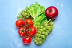 Τοπ άποψη της υγιεινής διατροφής: ντομάτα, μήλο, σταφύλι, σαλάτα Υγιές ea Στοκ Φωτογραφία
