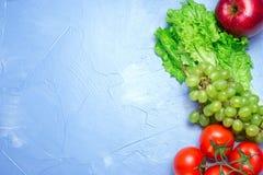Τοπ άποψη της υγιεινής διατροφής: ντομάτα, μήλο, σταφύλι, σαλάτα Υγιές ea Στοκ εικόνα με δικαίωμα ελεύθερης χρήσης