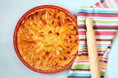 Τοπ άποψη της φρέσκιας σπιτικής πίτας μήλων, πέρα από τον μπλε ξύλινο πίνακα στοκ εικόνες