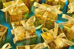 Τοπ άποψη της χρυσής κινηματογράφησης σε πρώτο πλάνο δώρων σε ένα μπλε στοκ φωτογραφίες
