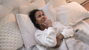 Τοπ άποψη τοποθέτησης κοριτσιών σκέψης της νέας αφρικανικής στο κρεβάτι, 'brainstorming' φιλμ μικρού μήκους