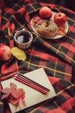 Τοπ άποψη του άνετου πρωινού φθινοπώρου στο σπίτι Πρόγευμα με το δοχείο του τσαγιού και bagel με τα μήλα στοκ φωτογραφίες