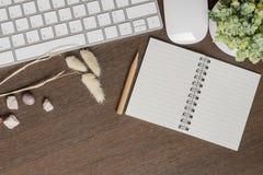 Τοπ άποψη του άσπρου πληκτρολογίου, ποντίκι, κενό σημειωματάριο, μολύβι και ho Στοκ φωτογραφία με δικαίωμα ελεύθερης χρήσης