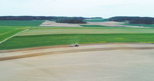 Τοπ άποψη του αγρότη που εργάζεται στο καλλιεργήσιμο έδαφος απόθεμα βίντεο