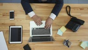 Τοπ άποψη του ατόμου που λειτουργούν στο lap-top και την ταμπλέτα και του έξυπνου τηλεφώνου με την κενή πράσινη οθόνη αφής στον π Στοκ Εικόνες