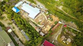 Τοπ άποψη του βιομηχανικού σωλήνα με τα παλαιά κτήρια παραγωγής r Παλαιά προαστιακή βιομηχανική περιοχή με τα εργοστάσια και τις  στοκ εικόνες με δικαίωμα ελεύθερης χρήσης