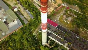 Τοπ άποψη του βιομηχανικού σωλήνα με τα παλαιά κτήρια παραγωγής r Παλαιά προαστιακή βιομηχανική περιοχή με τα εργοστάσια και τις  στοκ εικόνα
