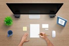 Τοπ άποψη του γραφείου εργασίας με τον υπολογιστή, το μαξιλάρι, τη σημείωση, το κενό πλαίσιο επαγγελματικών καρτών, ποντικιών, εγ Στοκ Εικόνες