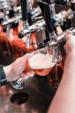 Τοπ άποψη του γυαλιού πλήρωσης μπάρμαν με τη συμπαθητική σκοτεινή μπύρα τεχνών στοκ φωτογραφίες