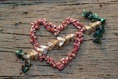 Τοπ άποψη του διπλώματος του εγγράφου σε λίγη μορφή καρδιών που τίθεται στο ξύλινο πιάτο στο βέλος καρδιών shapeand cupid στοκ φωτογραφία με δικαίωμα ελεύθερης χρήσης