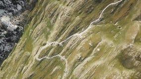 Τοπ άποψη του δρόμου με πολλ'ες στροφές στα βουνά απόθεμα Επικίνδυνος τρόπος μέσω των βουνών Συναρπαστική άποψη της αιχμηρής βουν φιλμ μικρού μήκους