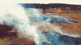 Τοπ άποψη του εδάφους που καίει κατά μήκος του δρόμου απόθεμα βίντεο