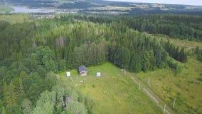 Τοπ άποψη του εξοχικού σπιτιού στο δασικό συνδετήρα Όμορφο τοπίο του χωριού κοντά στη λίμνη το καλοκαίρι Το ενιαίο σπίτι είναι θέ απόθεμα βίντεο