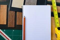 Τοπ άποψη του εσωτερικού σχεδίου με το υλικό καταλόγων του ξύλινου Λα στοκ φωτογραφία