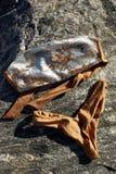 Τοπ άποψη του θηλυκού μπικινιού μαγιό μόδας στο υπόβαθρο πετρών Στοκ Φωτογραφία
