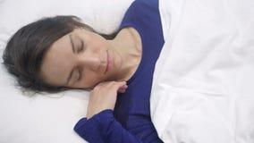 Τοπ άποψη του ισπανικού ύπνου γυναικών στο κρεβάτι τη νύχτα απόθεμα βίντεο