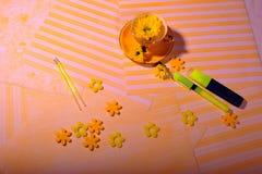 Τοπ άποψη του κίτρινου φλυτζανιού με το λουλούδι και τα αισθητά λουλούδια στοκ εικόνες