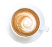 Τοπ άποψη του καυτού cappuccino καφέ που απομονώνεται στο άσπρο υπόβαθρο, πορεία ψαλιδίσματος συμπεριλαμβανόμενη στοκ εικόνες