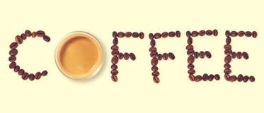 Τοπ άποψη του καφέ λέξης που γίνεται από τα φασόλια καφέ Στοκ Εικόνες