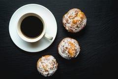 τοπ άποψη του καφέ με muffins artisans Στοκ Εικόνες