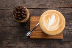 Τοπ άποψη του καφέ cappuccino στον ξύλινο πίνακα Στοκ εικόνα με δικαίωμα ελεύθερης χρήσης