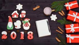 Τοπ άποψη του κενού σημειωματάριου στο ξύλινο υπόβαθρο με τις διακοσμήσεις Χριστουγέννων, διάστημα αντιγράφων Υπόβαθρο Χριστουγέν Στοκ Φωτογραφίες