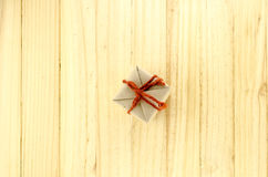 τοπ άποψη του κιβωτίου δώρων τεχνών στο ξύλο Στοκ εικόνες με δικαίωμα ελεύθερης χρήσης