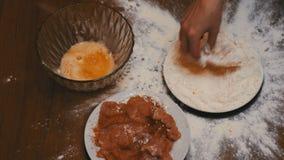 Τοπ άποψη του κομματιού των πτώσεων κρέατος σε ένα πιάτο του αλευριού στην εγχώρια κουζίνα απόθεμα βίντεο
