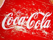 Τοπ άποψη του κόκκινου ξύλινου σκαμνιού με το εμπορικό σήμα της Coca-Cola στοκ φωτογραφία