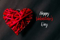 Τοπ άποψη του κόκκινου ξύλινου handcraft στο μαύρο υπόβαθρο που γράφεται με ευτυχές Valentine& x27 ημέρα του s Στοκ εικόνα με δικαίωμα ελεύθερης χρήσης