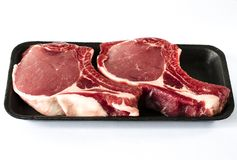 Τοπ άποψη του μαύρου δίσκου τροφίμων αφρού με την ακατέργαστη μπριζόλα κρέατος που απομονώνεται στο λευκό στοκ φωτογραφίες με δικαίωμα ελεύθερης χρήσης