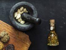 Τοπ άποψη του μαύρων κονιάματος και του γουδοχεριού με τα φρέσκα κομμάτια του σκόρδου μέσα στοκ εικόνες με δικαίωμα ελεύθερης χρήσης