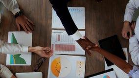 Τοπ άποψη του μεγάλου γραφείου πίσω από το οποίο η ομάδα γραφείων των δημιουργικών διευθυντών των διαφορετικών υπηκοοτήτων κάνει φιλμ μικρού μήκους